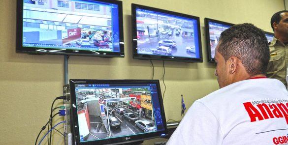 Criação do sistema de vídeomonitoramento, garantindo maior segurança à população (2011)