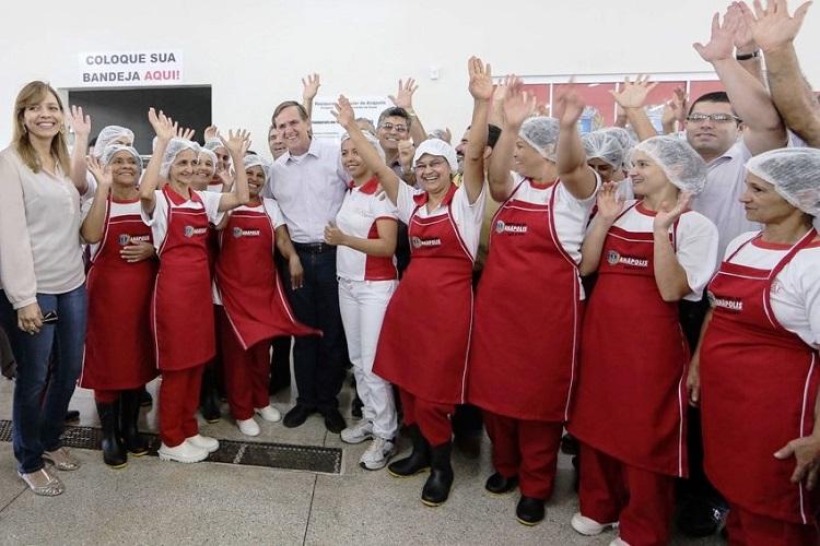 Em-visita-a-Restaurante-Popular-na-Vila-Jaiara-ao-lado-da-primeira-dama-Ana-Cláudia-Dezzen-e-secretários-Foto-Paulo-Giovanni